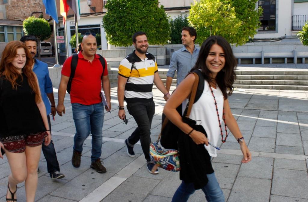 Las diputadas y diputados de Podemos llegando a la Asamblea.